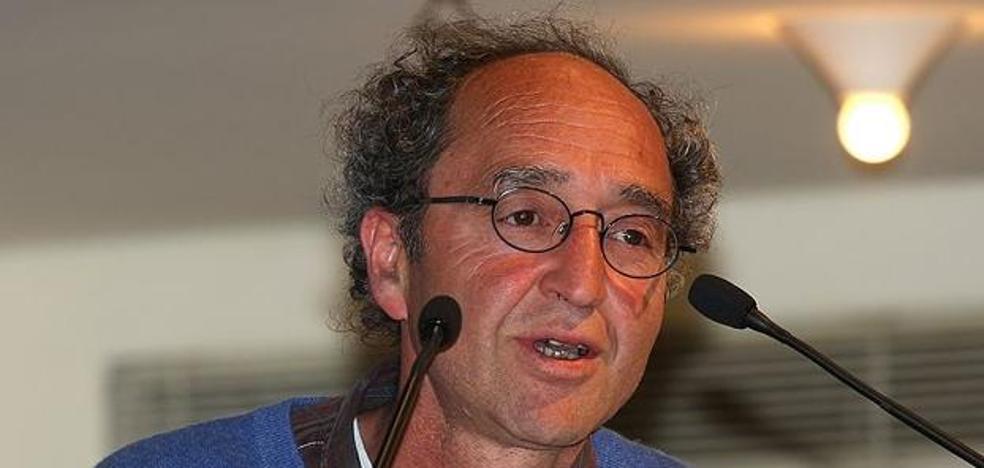 El escritor detenido en Granada no cree que un juez español decrete su extradición a Turquía