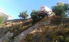 Un camión queda suspendido en el aire al perder los frenos en Sierro