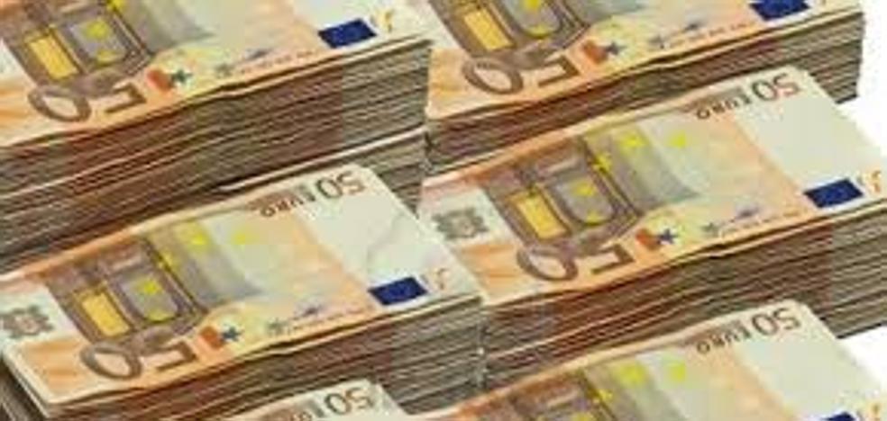 Encuentra un maletín con 6.500 euros en efectivo y se lo entrega a la policía local
