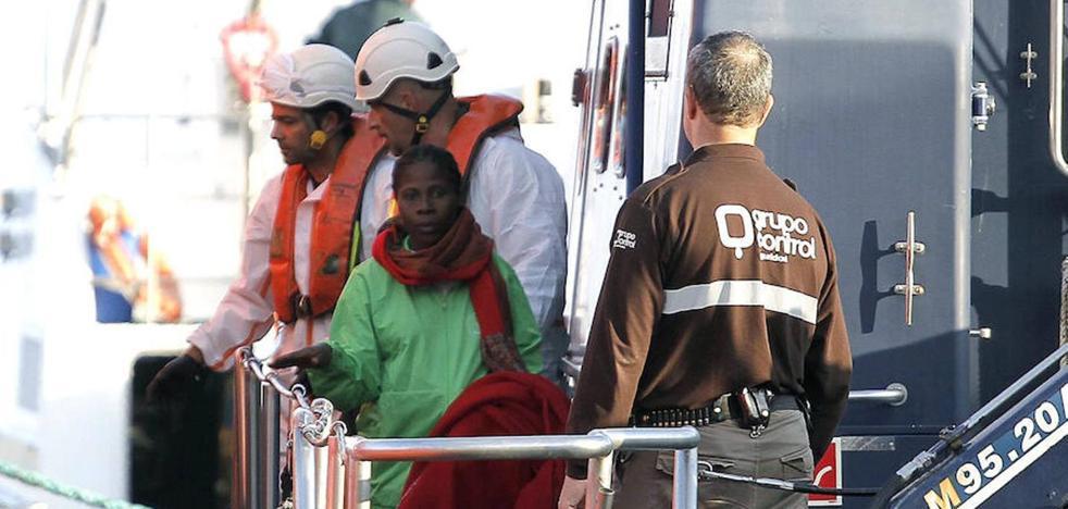 Rescatada una patera con 57 personas, entre ellas dos bebés