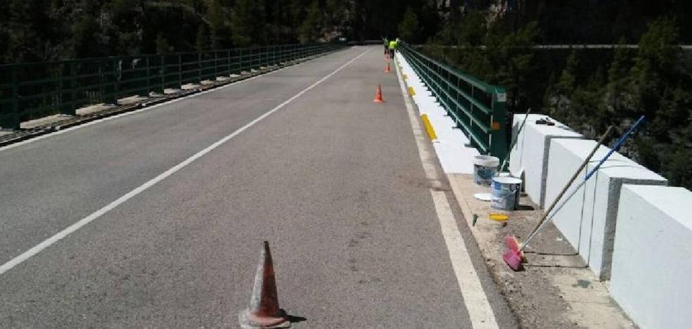 Los vecinos de un pueblo de Cuenca pintan su puente para la Vuelta Ciclista a España