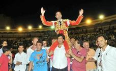 Enrique Ponce sale a hombros en Linares