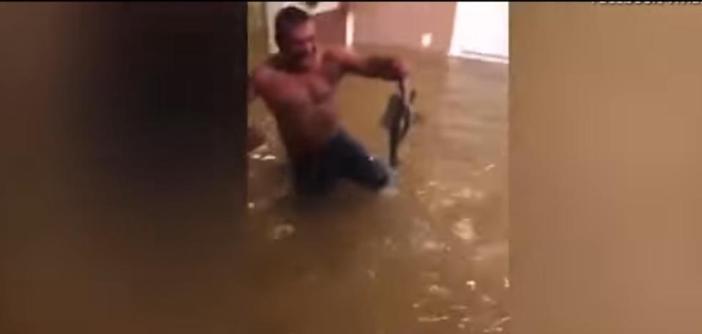 Pesca un pez en el salón de su casa de tras el paso del huracán Harvey