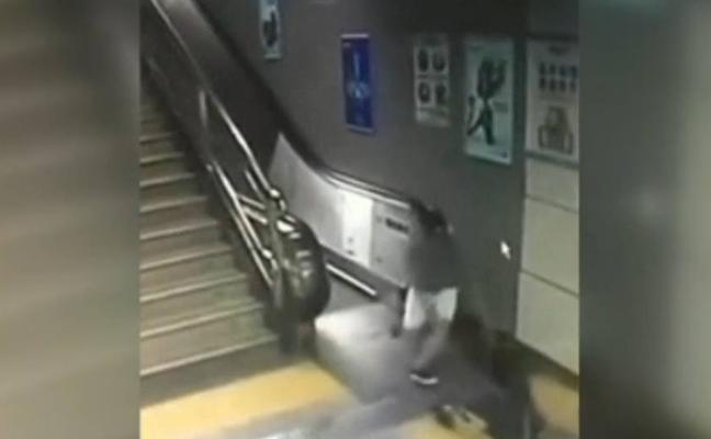 El suelo «se traga» a una mujer que se dirigía a las escaleras del metro en China