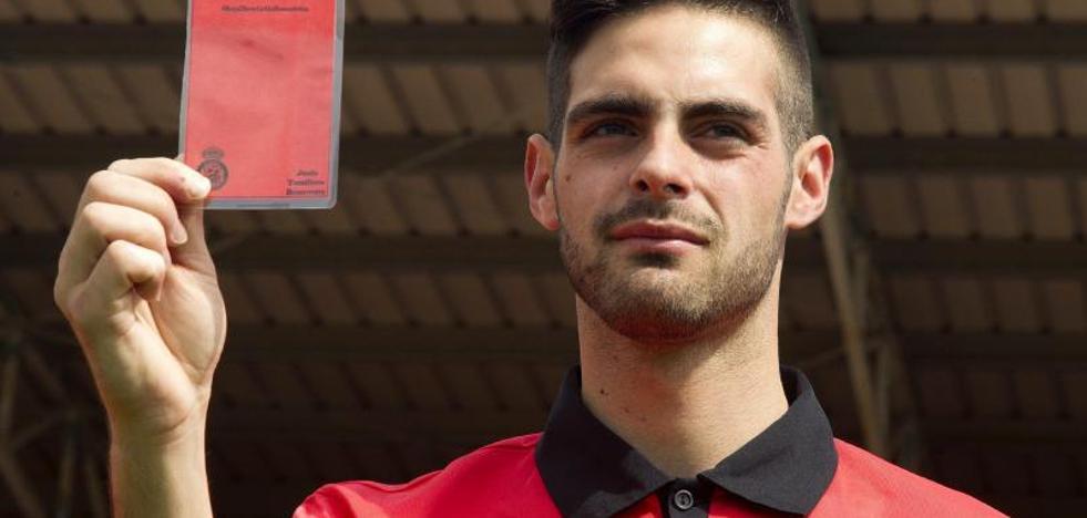 El primer árbitro gay: «Hay que perder el miedo a salir del armario en el fútbol»