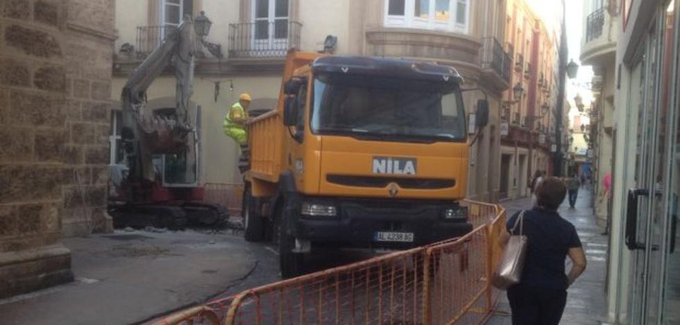 Las obras en la calle de las Tiendas bloquean el tráfico en casi todo el centro histórico de la capital