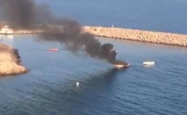 Espectacular incendio de un barco en Aguadulce