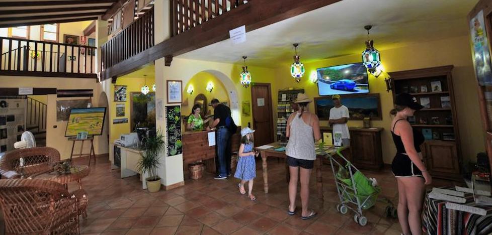 La Oficina de Turismo de Lanjarón atiende cada año a más de 40.000 visitantes de España y otros países