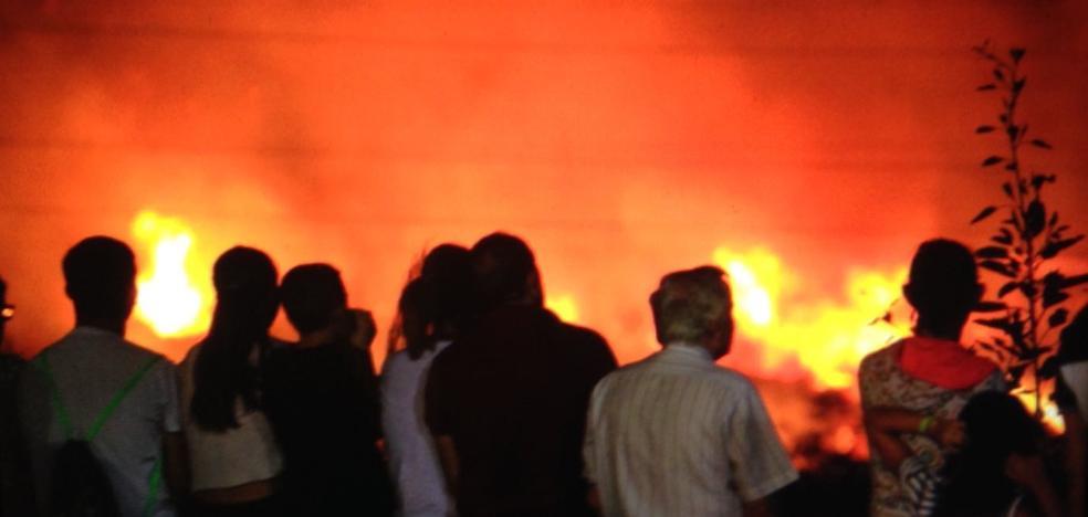 Fuego junto al campo de fútbol y al punto limpio de Motril