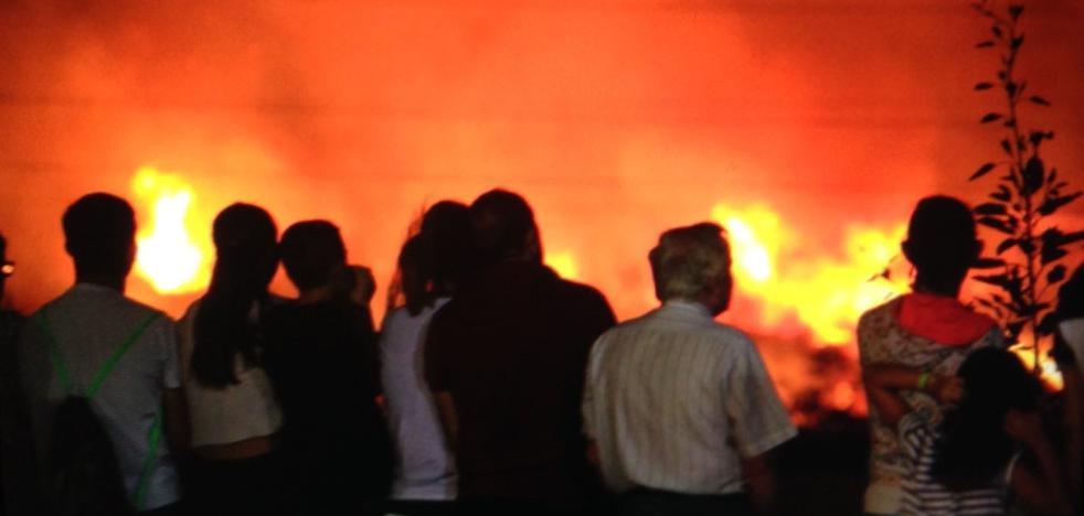 Incendio junto al campo de fútbol de Motril durante un partido
