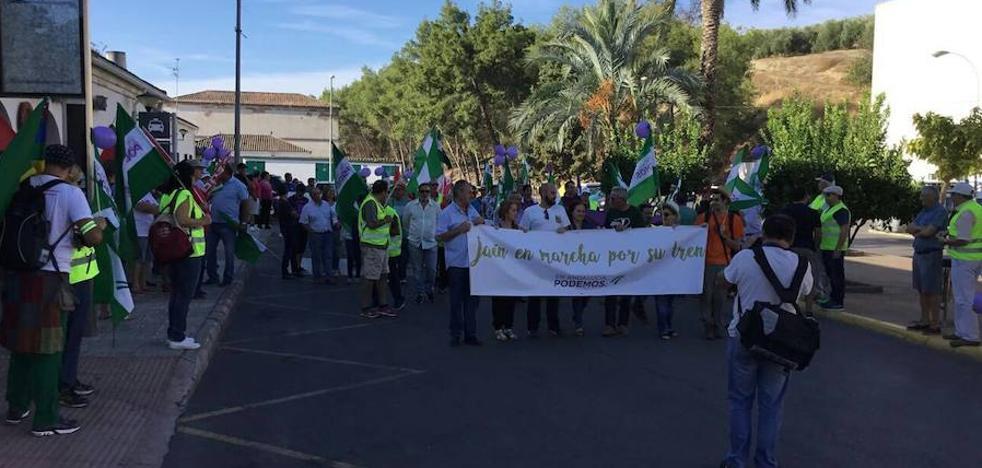 Cerca de 300 personas marchan en Jaén para exigir inversiones ferroviarias