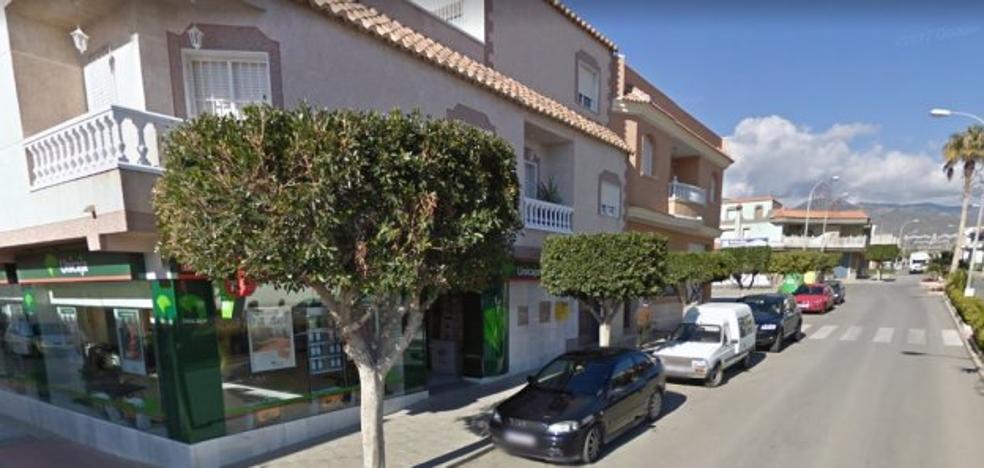Asalta una sucursal bancaria en La Mojonera y efectúa un disparo al aire