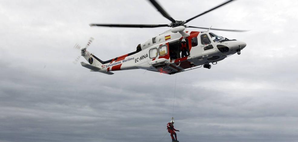 Los rescatados elevan a seis el número de desaparecidos en el mar tras volcar su patera