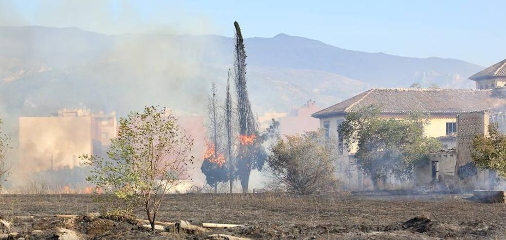 Un fuego de matorral junto a la circunvalación alerta a Granada