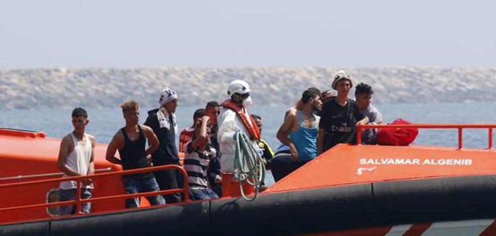 Trasladan a Almería a 14 personas, entre ellas tres niños, de la segunda patera hallada en Cabo de Gata