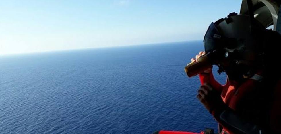 Salvamento y Guardia Civil buscan otras dos pateras frente al litoral de Carboneras