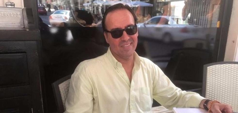 El 'concejal itinerante' atiende a los ciudadanos en un bar, en protesta por carecer de despacho
