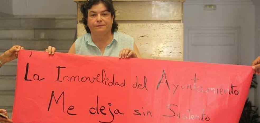 La taxista que llevaba siete días de protesta deja la huelga de hambre «por salud»
