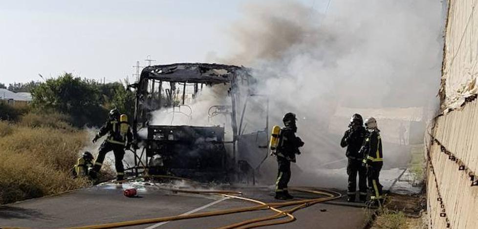 Arde un autobús escolar en La Cañada