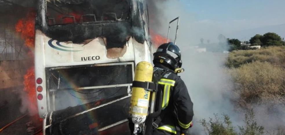 Un cortocircuito podría estar detrás del incendio en el microbús