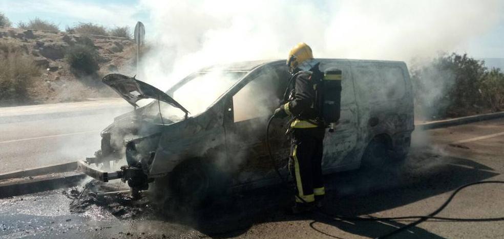 Sofocan el incendio en un vehículo en marcha a su paso por Vera