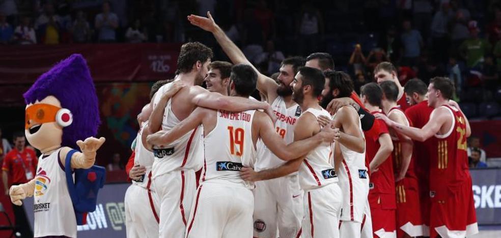 España sufre para no bajarse del podio
