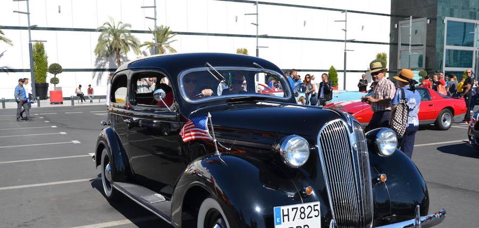 Concentración de coches americanos en el Centro Comercial Nevada