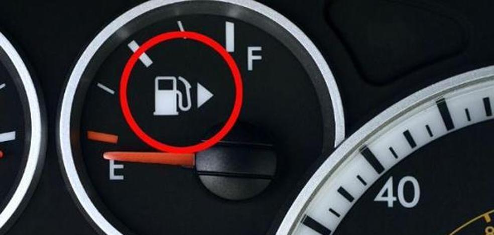 ¿Qué significa la flecha que hay junto al dibujo de la gasolina en tu coche?