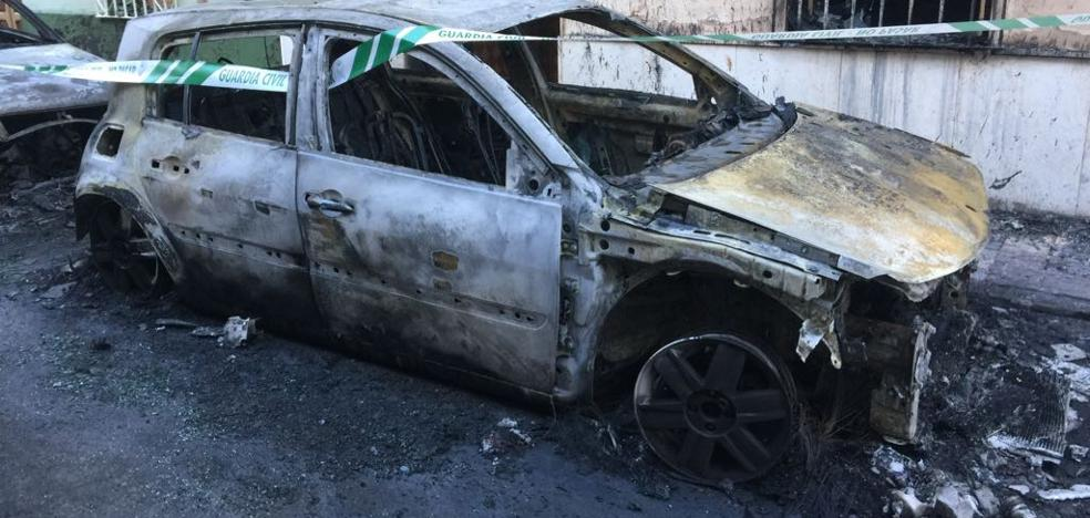 Tres mujeres afectadas y varias viviendas dañadas al incendiarse dos vehículos en Torredelcampo