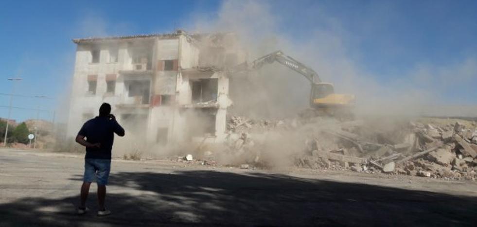 Derriban la casa de la antigua fábrica de maderas de Bailén