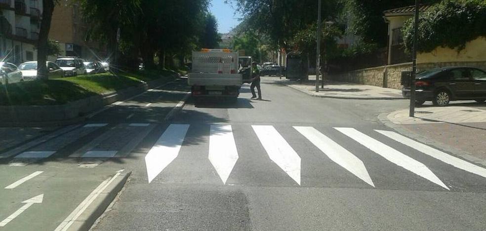 El Ayuntamiento de Jaén revisa la señalización de los pasos de peatones en el entorno de colegios e institutos