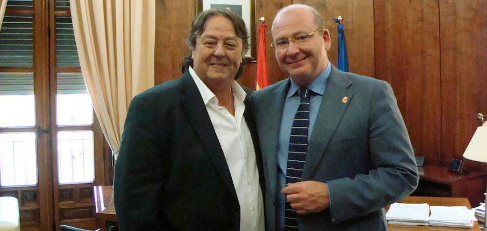 El alcalde recibe a Alejandro Jaén, quien será galardonado con la Medalla de Oro de la ciudad
