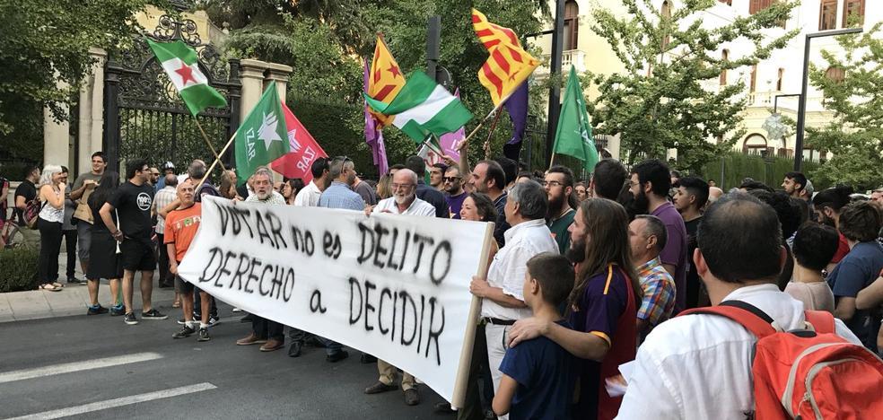 Partidarios del derecho a decidir en Cataluña cortan la Gran Vía en Granada