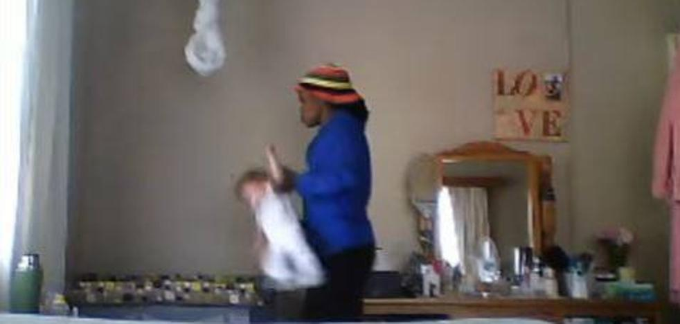 Una cámara oculta le confirma sus sospechas sobre la niñera de su bebé