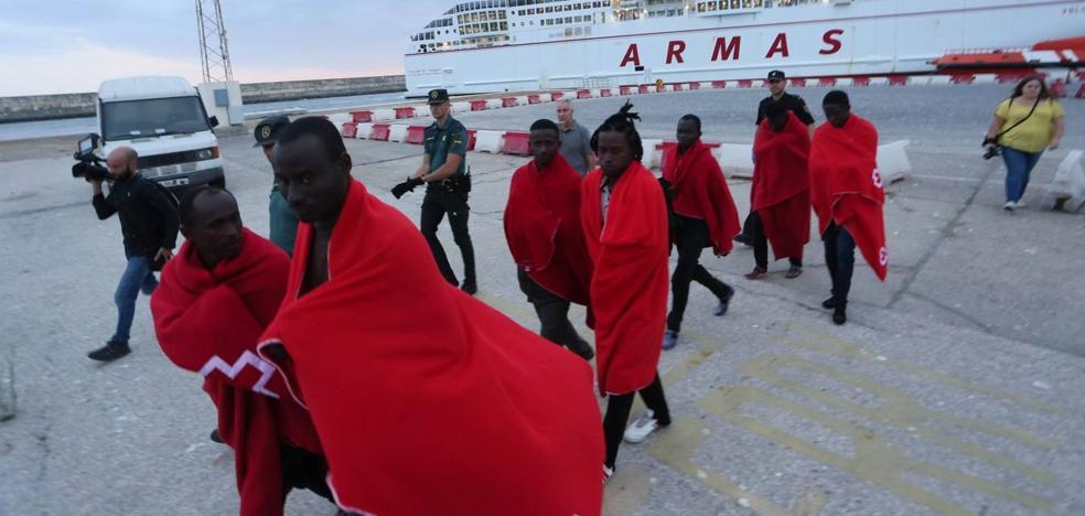Llegan en buen estado a Motril las 28 personas rescatadas en Alborán
