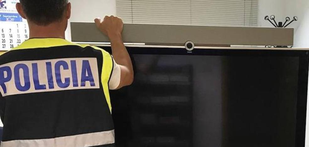 Detenido el trabajador de un centro comercial por estafar en la venta de televisores a bajo coste