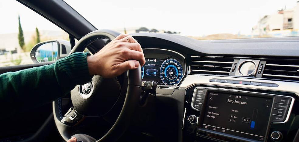 El peligroso error que cometemos al coger el volante mientras conducimos