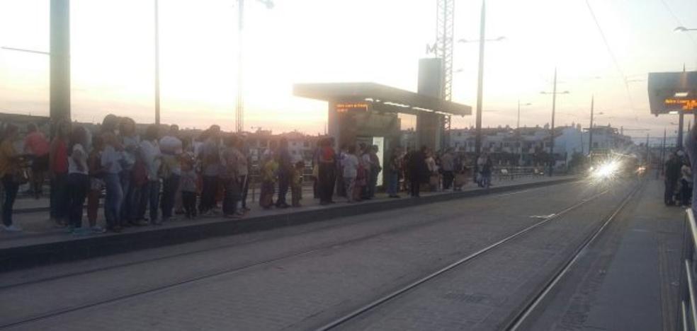 Colas en las paradas y vagones a rebosar en el segundo día del metro