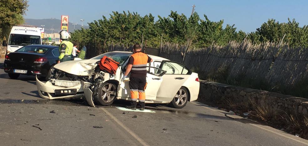 Queda atrapado en su vehículo tras chocar contra un árbol en Motril