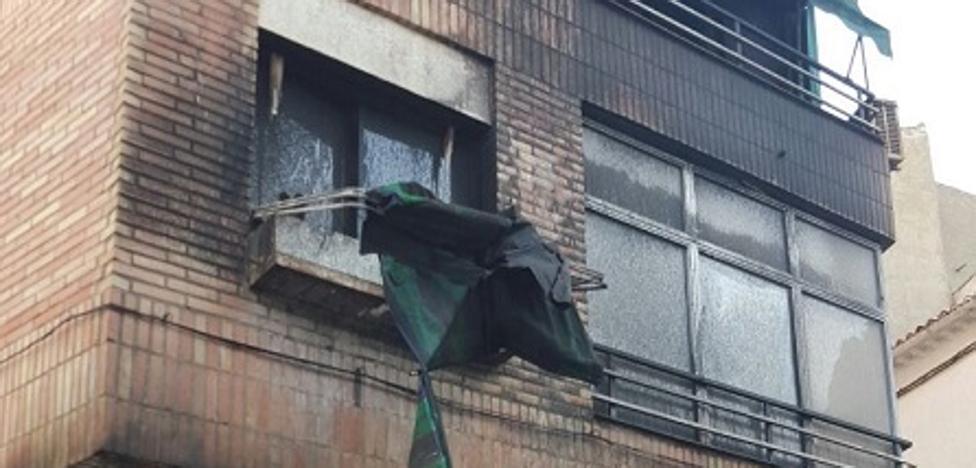 El incendio de dos coches se propaga a un edificio en Íllora