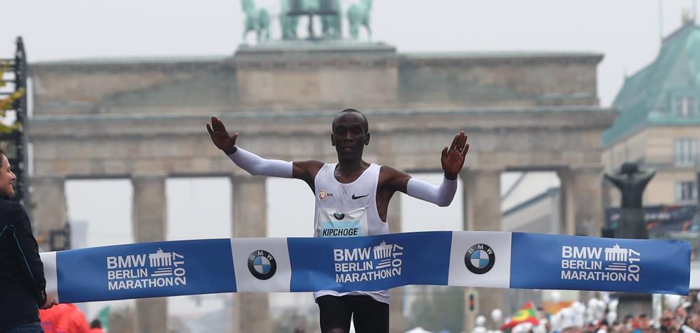 Kipchoge reina en Berlín pero se queda sin récord