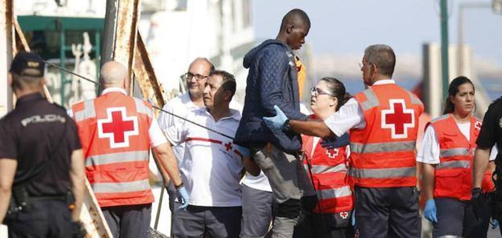 Llegan a Almería los 44 inmigrantes rescatados de tres pateras en Cabo Gata