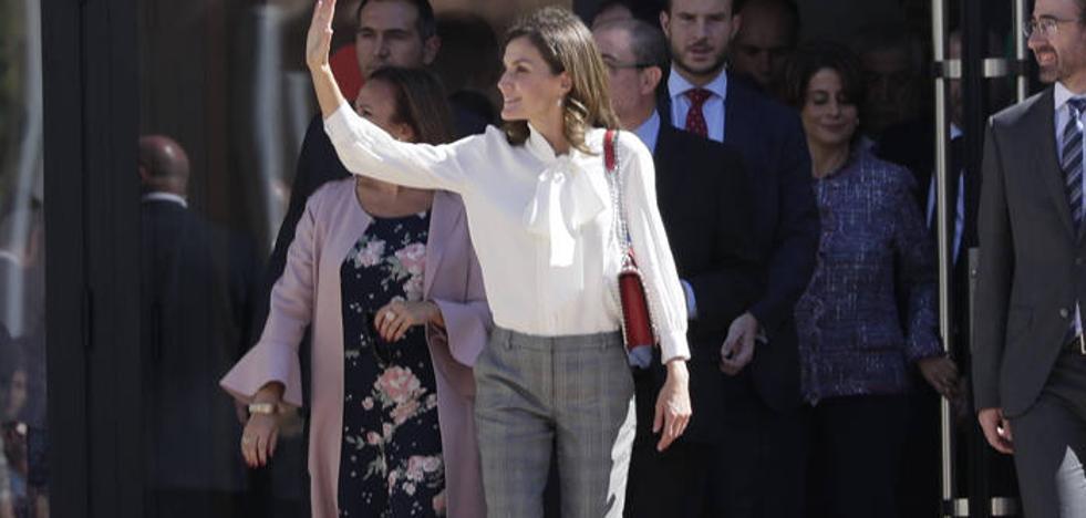 El curioso look de la reina Letizia con 'joya' de Zara incluida