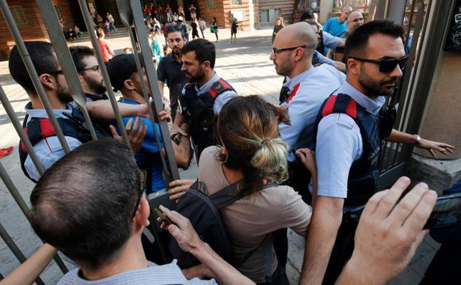 Los Mossos renuncian a usar la fuerza y permiten la ocupación de colegios