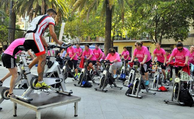 El Paseo de Linarejos se llena de deportistas en un acto a beneficio de la Asociación contra el Cáncer