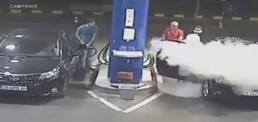 La tremenda lección de un gasolinero a un hombre que no quería apagar el cigarro