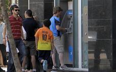 Los clientes de la banca catalana, inquietos por el futuro de sus ahorros
