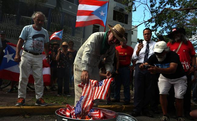 El indignante objeto que lanza Trump a los damnificados por el huracán enfada al planeta