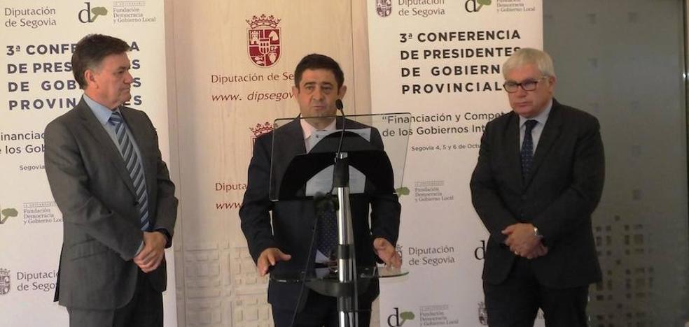 Reyes suscribe una declaración que fija medidas para mejorar la financiación de las diputaciones
