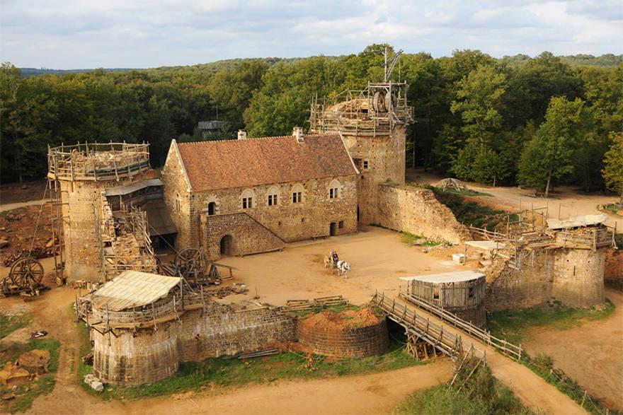 Llevan 20 años construyendo en Francia un castillo medieval usando técnicas medievales